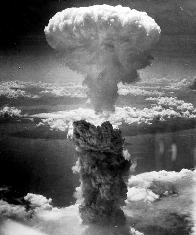 """Aatompommi tekitatud """"tuumaseen"""" Nagasaki kohal 9. augustil 1945 tõusis plahvatuse hüpotsentrist 18 km kõrgusele (Wikipedia)"""