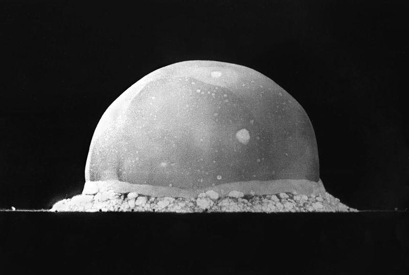 Tulepall 0,016 sekundit pärast esimese tuumapommi Trinity plahvatust. Ees oleval äärel on näha puude kujutused (Wikipedia)