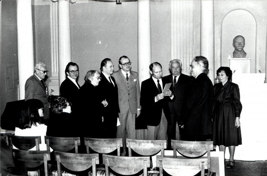 Kateedri esindus juubilari õnnitlemas (1987)