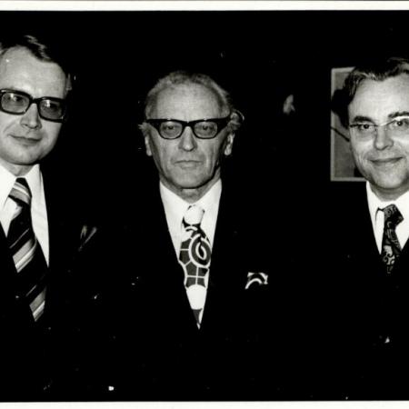 Värsked filoloogiadoktorid Ago Künnap ja Huno Rätsep koos oma õpetaja Paul Aristega (1974)