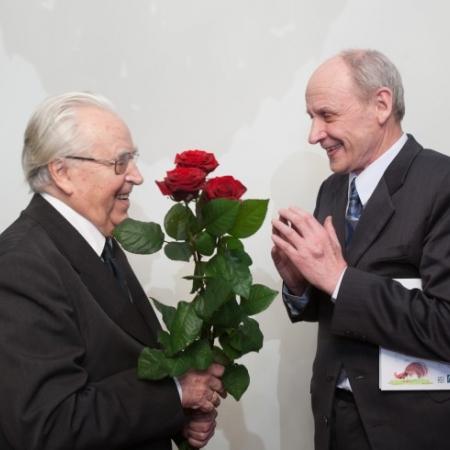Tiit-Rein Viitso juubilari õnnitlemas (2012)