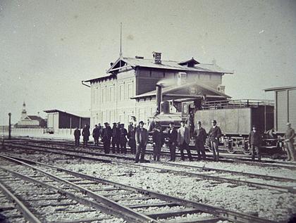 Vaade Paldiski raudteejaamale, ees raudteerööpad, grupp inimesi ja vedur vaguniga. , TLM Fn 10084:1, Tallinna Linnamuuseum, http://www.muis.ee/museaalview/3068692